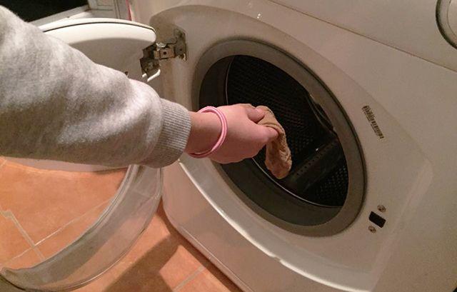 Lyukas harisnyanadrágot dobott a mosógépbe. Bámulatos, mit látott, amikor kivette! - www.kiskegyed.hu