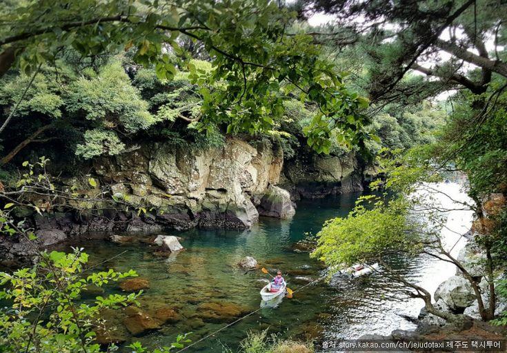 깊은 수심과 용암으로 이루어진 기암괴석과 소나무숲이 조화를 이루고 있은 곳으로 투명카약, 수상자전거, 테우체험을 할 수 있는 아름다운 곳이다. 쇠소깍