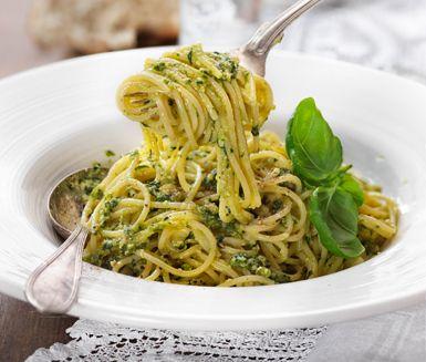 En klassisk pesto med basilika, pinjenötter, parmesan, vitlök och fin olivolja är inte svårt att göra själv. Servera peston till nykokt pasta. Mer behövs inte för en riktigt god middag.