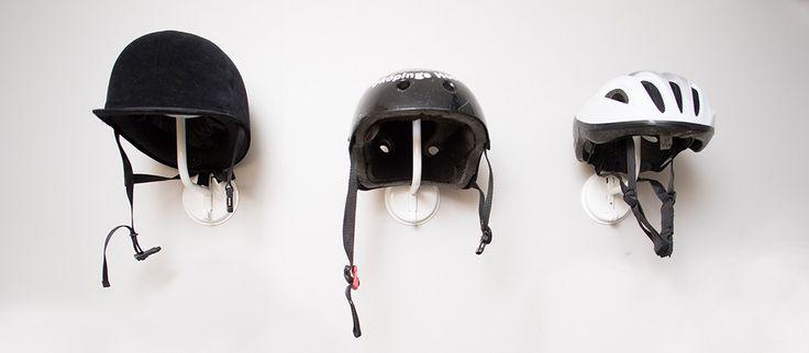 Hjälmkrok - HÄNGA  Unika förvaringsprodukter och smart väggförvaring  Få ordning på hjälmkaoset och strukturera oavsett om det är kepsar, ridhjälmar, hockeyhjälmar, cykelhjälm eller hattar.
