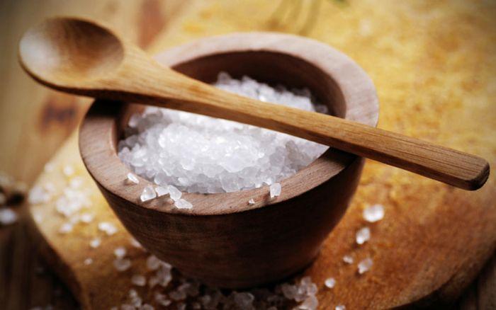 SIMPATIA >>> Jogue uma pitada de sal grosso sobre os ombros para afastar mau-olhado e inveja. Fazer escalda-pés com o ingrediente também relaxa e deixa você mais segura para enfrentar novos desafios.