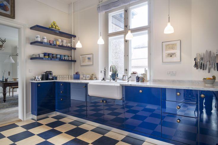 Aurora Køkken i blå lak med udslagsvask og smukt armatur,  Indretningsarkitekt MDD Lisbeth Benee Olsen