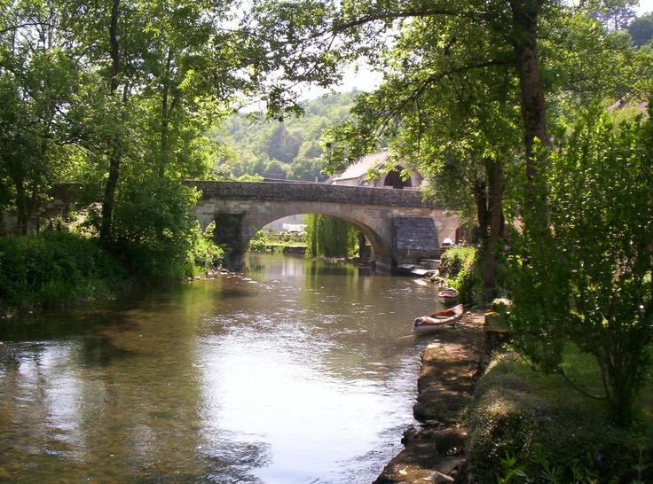 Le plus vieux pont de l'Yonne (XIVe siècle) est à Mailly-le-Château, village situé sur le parcours du Canal du Nivernais.