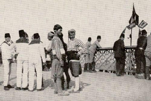 """National Geographic 1914 İstanbul'unun renkliliğine övgüler yağdırıyor:     """"1 milyon nüfuslu İstanbul'un yarısını Türkler oluşturuyor. Diğer yarım milyon ise Rum, Ermeni, Musevi ve Levantenlerden oluşuyor. İstanbul'un en büyük karakteristik özelliği bu farklı etnik dinamiğin kendi dillerinde, kendilerine özgü kıyafetleri ve geleneklerini rahatça sürdürebilmeleri. Bu hoşgörüyü Batı Avrupa ülkeleri ve Amerika'da bulmak zor."""""""