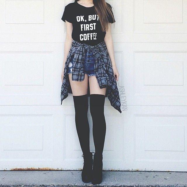 Short, blusa negra, camisa azul, medias negras, botas negras