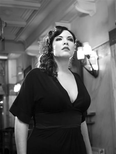 Caro Emerald - curve of the week!!!!! Wat a beaut!!!