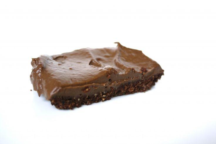 Recept voor gezonde brownies met aardbeien, avocado en raw cacaoIngrediënten voor een stuk of 6 gezonde brownies een kopje (ongezouten!) cashewnoten een kopje aardbeien (diepvries van ah) 2 kleine, rijpe avocado's een mespuntje zout 1/4 kopje raw cacao poeder + 4 eetlepels raw cacaopoeder 10 zachte dadels zonder pit Honing (ekte, ekte vegans gebruiken agave)