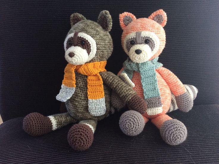 Vrienden voor het leven. Wasbeer Wubbe en wasbeer Wanda, handgehaakt door #dehaakjuffen met een patroon van MyKrissieDolls #haken #crochet