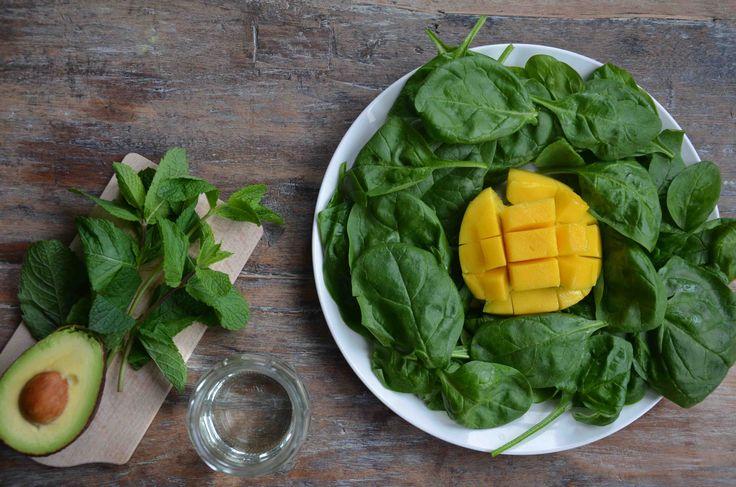 Met deze groene smoothie als ontbijt begint je maag pas te knorren rond lunchtijd. Bomvol vitaminen en mineralen, dus supergezond. De munt en mango...