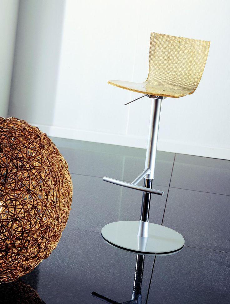 Sgabello in metacrilato regolabile in altezza con struttura in alluminio e acciaio, seduta girevole disponibile anche in legno di rovere.