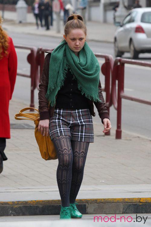 Весенняя мода на улицах Минска. Апрель. Часть 1 (наряды и образы на фото: коричневая куртка, зеленый платок, зеленые ботинки, серые ажурные колготки, серые клетчатые шорты)