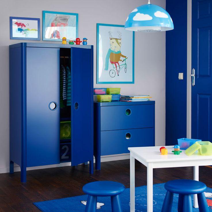 Chambre d'enfant avec armoire et commode BUSUNGE bleues.