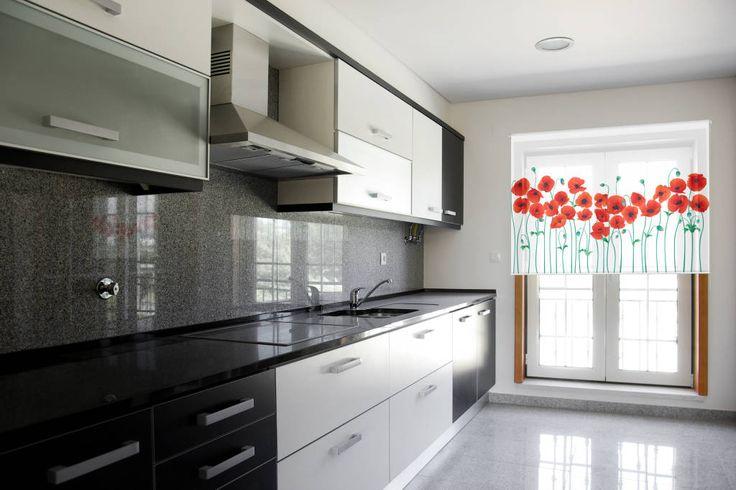 Mirá imágenes de diseños de Cocinas de estilo minimalista en rojo: Cortina con sistema roller en screen al 5%, AMAPOLAS. Encontrá las mejores fotos para inspirarte y creá tu hogar perfecto.