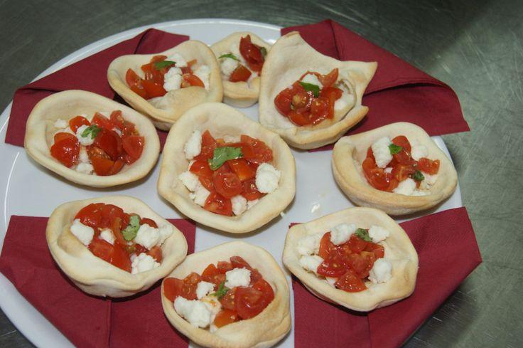 Cestini di pane con pomodoro e mozzarella