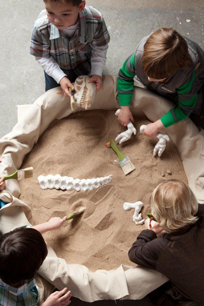 Festinha infantil tem que ter atividades pra entreter as crianças, né? Que tal preparar um espaço com brinquedos escondidos na areia? A diversão está em encontrar o tesouro enterrado. #brincadeiras