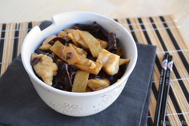 Il pollo con funghi e bambù è un piatto della cucina cinese che adoro, probabilmente è la prima ricetta che ho iniziato ad apprezzare da adolescente quando