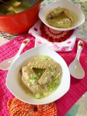 「お肌つるつる♪鶏手羽先で簡単★コラーゲンスープ」鶏手羽先で簡単、中華スープの完成です。手軽な材料で、本格スープになりますよ。これを基本にしてアレンジすれば、色々な中華スープにアレンジ出来ます。まずはネギのみ。【楽天レシピ】