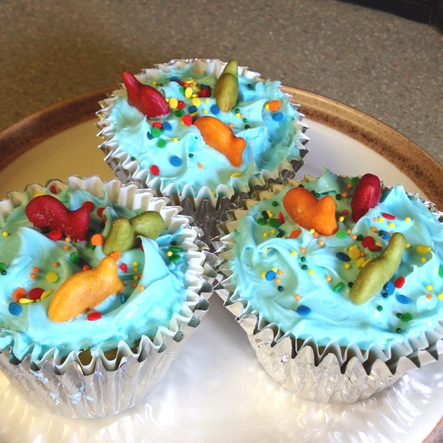 """Under the Sea"" cupcakes I made~so fun & got this great idea courtesy of Pillsbury Funfetti Blue Vanilla frosting container with sprinkles (used Betty Crocker Golden Vanilla mix for cupcakes & colored Goldfish crackers)...SO CUTE!!!"