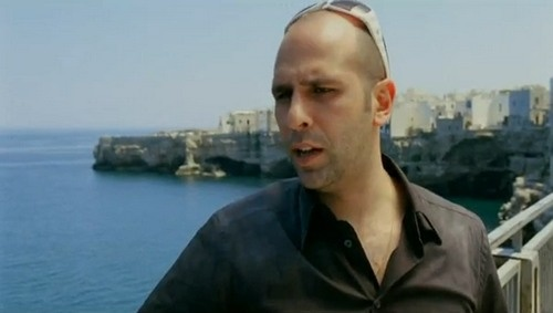 Luca Medici (Checco Zalone) in una delle scene del suo film Cado dalle Nubi, girato a Polignano