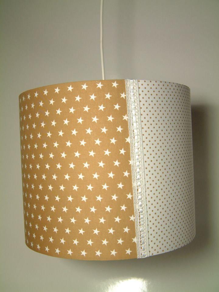 Deze lamp is van katoen en heeft een harde kap met een drie vaks indeling sterren,stippen,strepen, doorsnede van 30cm met mooie kanten afwerking. De lamp wordt geleverd met fitting en snoer. Ook leuk te combineren met de muziekster. www.cocola.nl