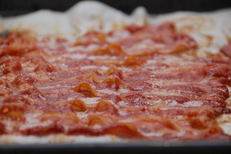 Bacon i ovn steger du ved at lægger baconskiverne tæt. De må gerne overlappe lidt, men ikke for meget. Foto: Guffeliguf.dk.