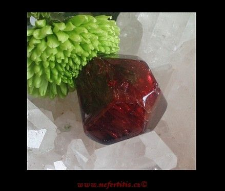 Granát krystal broušený   NEFERTITIS.CZ - léčivé kameny, drahé kameny, esoterika