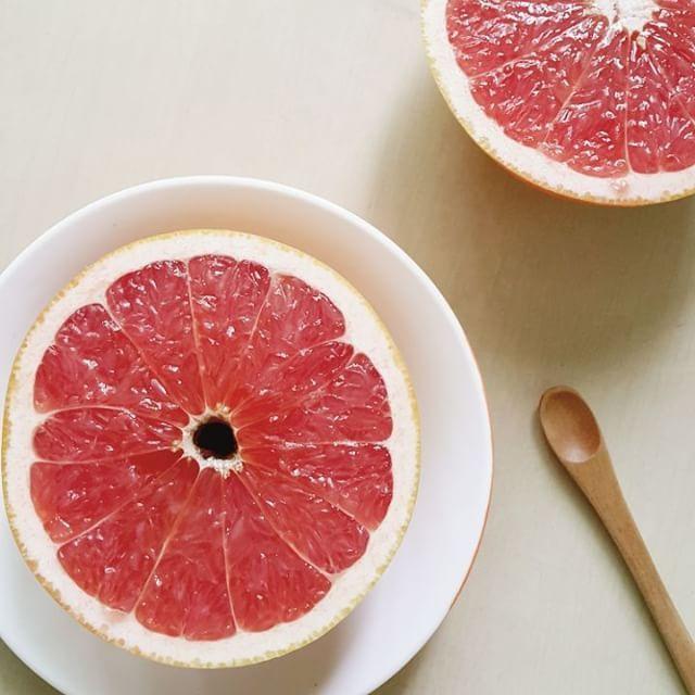 Today's breakfast  #스윗자몽  아가베시럽을 중앙에 살짝 뿌려 달콤하게 즐기는 #자몽타임  냉장고에 30분정도 두어 잠시 숙성시키면 시럽이 잘 스며들어 더 맛있어용  #sweetgrapefruit #breakfast #rawfood #grapefruit #myfooddiary #로푸드 #로푸드한끼 #아침 #자몽 #あさごはん #ローフード #ザボン #スイートグレープフルーツ