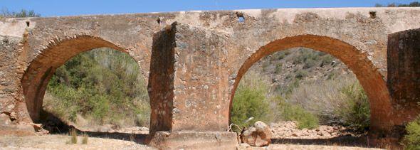 PONTE DO CASTELOEsta ponte de aspecto romano, situada no vale a sudoeste do castelo, sobre a Ribeira de Quarteira, sofreu remodelações por volta de 1771. Até hoje, conserva três arcos e dois talha-mares em forma de prisma triangular.Paderne, Albufeira