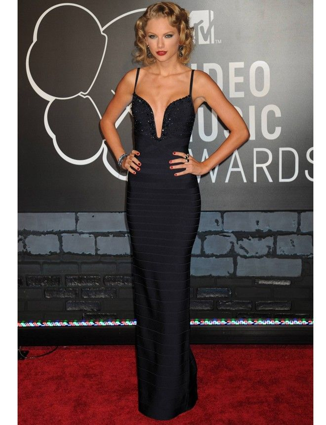 La más elegante de la noche fue Taylor Swift gracias a este vestido de Hervé Léger By Max Azria. El recogido rizado fue todo un acierto. http://www.marie-claire.es/moda/tendencias/fotos/los-irrepetibles-looks-de-mtv-awards-2013/taylor-swift5