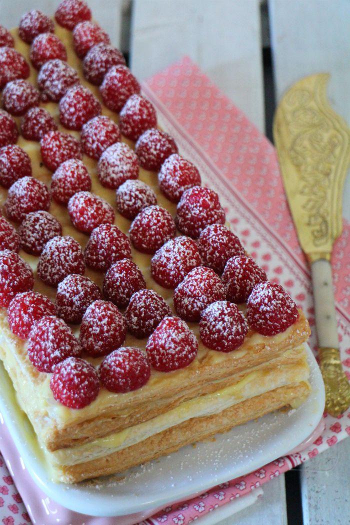 Cómo preparar una tarta milhojas de hojaldre con crema pastelera y frambuesas