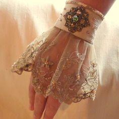 Manchette baroque, en soie dorée, dentelle brodée et ornée d'un bijou en perles miyuki et swarovski.