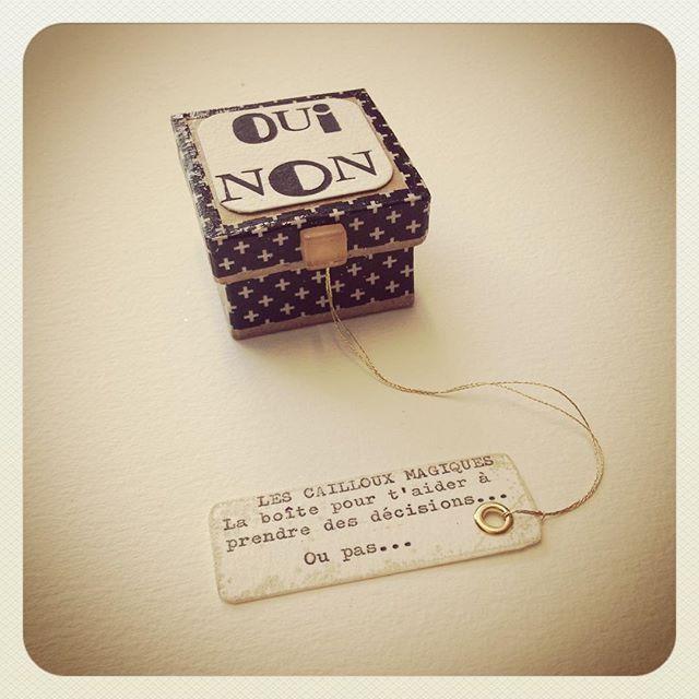 La boîte à prendre des décisions contenant la pierre qui dit OUI & la pierre qui dit NON Par Graine