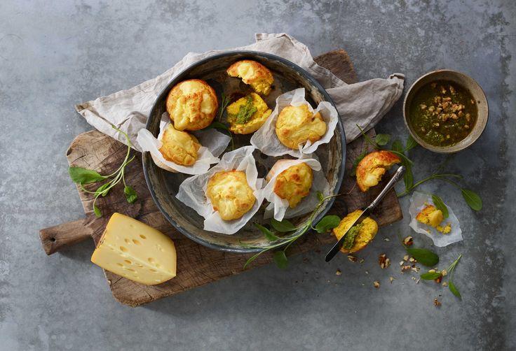 Maismuffins med innbakt Jarlsberg® nøttepesto smaker kjempegodt og passer til lunsjen, ute på tur eller når du får uventede gjester på besøk.