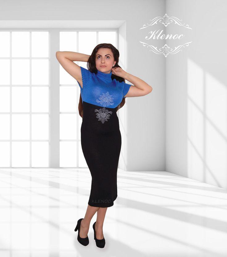 Купить или заказать Платье вязаное 'Сапфир' в интернет-магазине на Ярмарке Мастеров. Это элегантное вязаное платье оформлено вышивкой. Цвет-сочетание черного и насыщенного синего. Возможны другие цветовые решения. Для этой модели мы можем предложить более 20 цветов полушерстяной итальянской пряжи. Стоимость платья без вышивки 5280 руб. Готовая работа 42-44 размера Если Вы хотите задать нам вопрос,ищите в правой части экрана,под нашим фото,конвертик и надпись…
