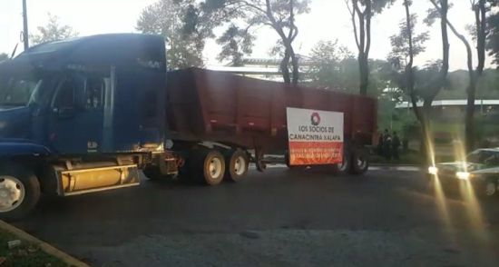 Empresarios bloquean vias de acceso a Sefiplan - http://www.esnoticiaveracruz.com/empresarios-bloquean-vias-de-acceso-a-sefiplan/