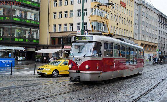 U Národního divadla našli mrtvou ženu, patrně nepřežila střet s tramvají