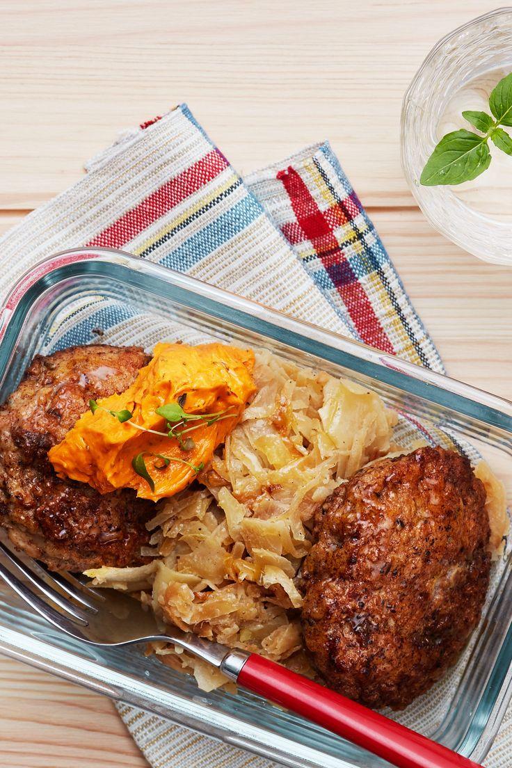 Bjud på saftiga kycklingfärsbiffar med stekt vitkål och tomatsmör i kväll! Det är en snabblagad och enkel vardagsrätt fylld av goda och milda smaker.
