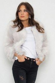 Verdon Faux Fur jacka i grått. Så fin fejk pälsjacka som håller dig fluffig och varm hela vintern. Låt kylan komma, du är redo! Tillverkad av 25% Polyester & 75% Acrylic.