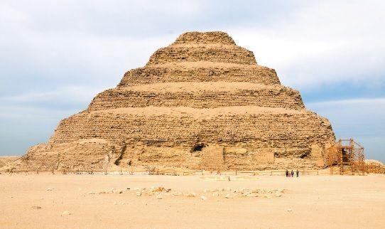 Pirâmide em degraus de Zoser, em Saqqara (baixo Egito).