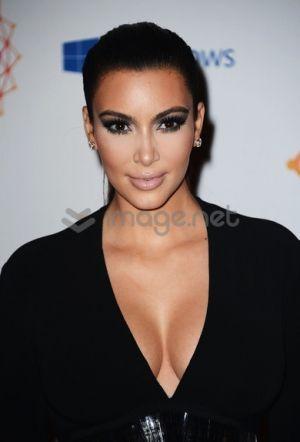 Kim Kardashian debuts her new blonde do   TheCelebrityCafe.com