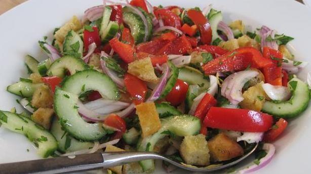 Fattoush af Anne Hjernøe. En opskrift på en simpel, men yderst velsmagende salat. En salat inspireret af det arabiske køkken - fungerer godt som tilbehør.