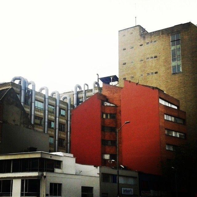 """8 Me gusta, 1 comentarios - D (@elmarenlaventana) en Instagram: """"Las formas de la ciudad. #Bogotá #Chapinero #estructuras"""""""