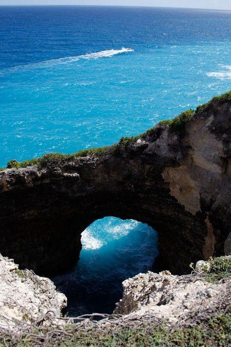 Gueule Grand Gouffre, une arche naturelle creusée par la mer. Marie-Galante, Guadeloupe