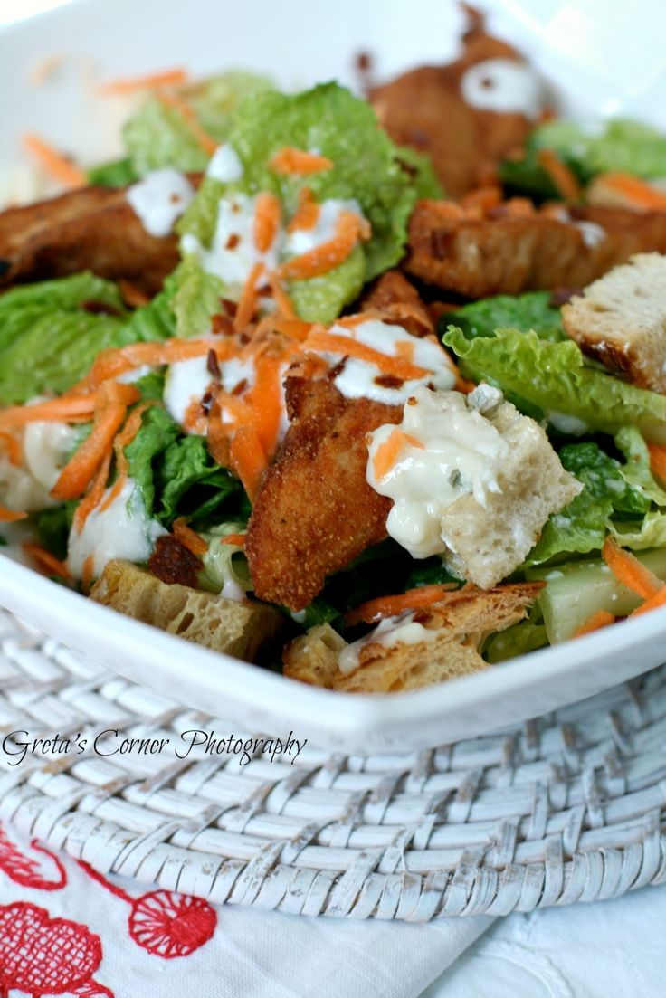 Cesar salad con pollo in salsa buffalo sale al bacon