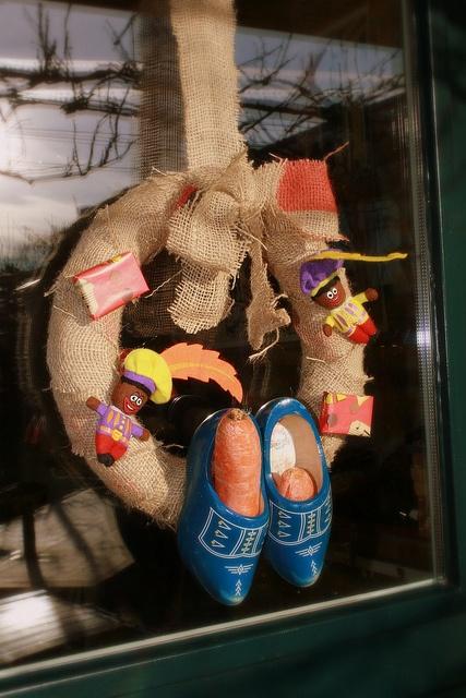 Sint Nicolaas en zijn Maatjes; DIY een Simpele Krans van Jute en versier met Houten Klompjes en Sint Attributen.•°•°Saint Nicolas Wreath