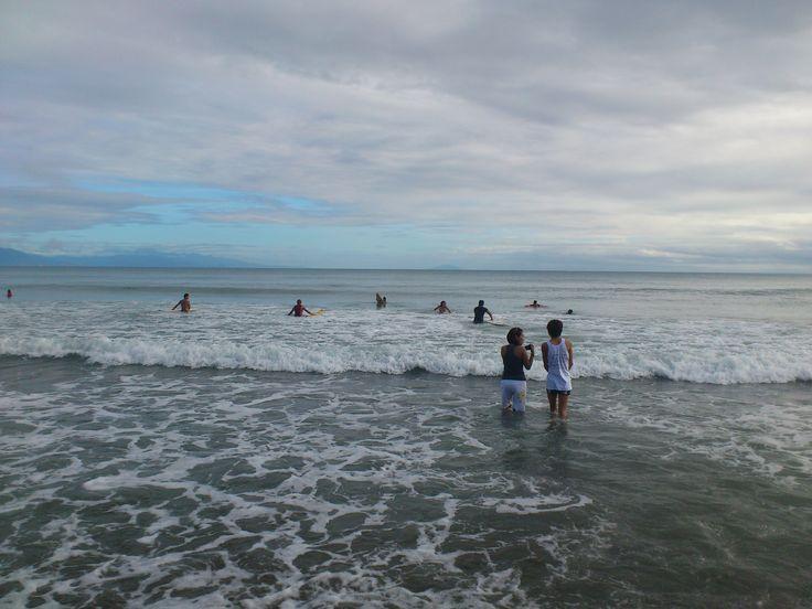 Walang paki-alam sa #tsunami-like wave.