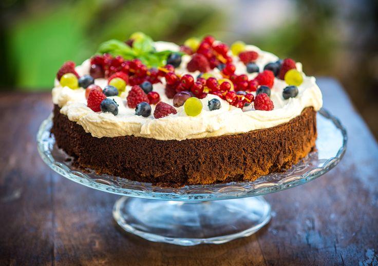 Csokoládés-mascarpone torta  Egy liszt nélkül készült omlós étcsokoládés piskótán, egy könnyed mascarponekrém réteg van, amit szezonális gyümölcsökkel díszítünk. Tömör és lágy egyben, a gyümölcsök karaktere, minden évszakban mást hoz ki ebből a tortából.