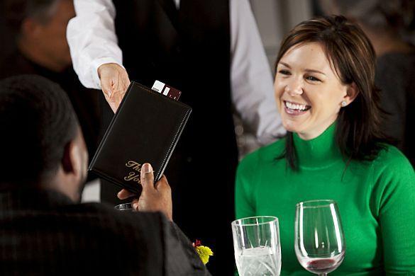 Europäische Frauen stehen auf Gentlemen.  55 Prozent der europäischen Singlemänner gehen davon aus, beim Date die Rechnung komplett zu übernehmen. Foto: djd/www.neu.de/istockphoto.com/Sean Locke