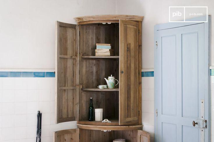 Completamente in legno di abete, questo mobile angolare Elison si adatta a vari stili di interni - da uno stile country a uno più contemporaneo.