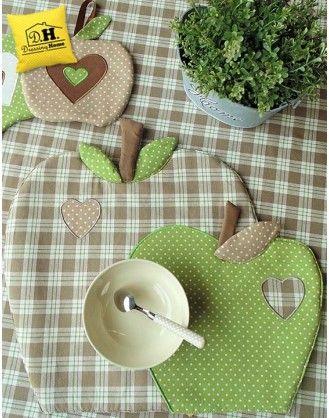 Tovaglietta americana a forma di mela Imbottita Angelica Home & Country Collezione Mele in Beige Decoro Verde a Pois